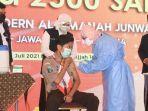 gubernur-khofifah-meninjau-vaksinasi-covid-19-di-pesantren-modern-al-amanah-junwangi.jpg
