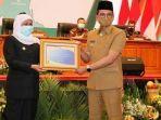 gubernur-khofifah-menyerahkan-penghargaan-opini-wtp-kepada-bupati-bangkalan-r-abdul-latif-imron.jpg