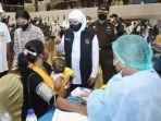 gubernur-khofifah-saat-meninjau-vaksinasi-covid-19-di-unesa.jpg