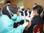 gubernur-khofifah-saat-meninjau-vaksinasi-di-kampus-unej.jpg
