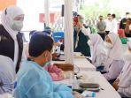gubernur-khofifah-tinjau-vaksinasi-covid-19-untuk-pelajar-di-sman-5-surabayajpg.jpg
