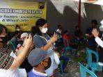 gubernur-khofifah-tinjau-vaksinasi-door-to-door-ke-komunitas-warga-papua-01.jpg