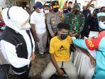 gubernur-khofifah-tinjau-vaksinasi-door-to-door-ke-komunitas-warga-papua.jpg