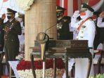 gubernur-khofifah-upacara-hut-kemerdekaan-ri-ke-76-di-grahadi.jpg