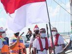 gus-ipul-kibarkan-bendera-merah-putih-di-tengah-lautan-pasuruan.jpg