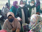 ibu-ibu-pkb-bangkalan-serbu-lokasi-vaksinasi.jpg