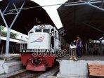 ilustrasi-kereta-api-turangga-di-stasiun-gubeng-surabaya.jpg