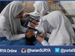 ilustrasi-para-pelajar-surabaya-saat-mengakses-smartphone_20160519_215909.jpg