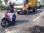 jalan-raya-banjarsari-kecamatan-cerme-rusak-dan-berlubang-statusnya-jalan-nasional.jpg