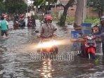 jalan-raya-morowudi-kecamatan-cerme-tergenang-banjir.jpg