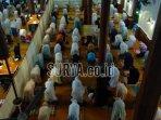 jamaah-sedang-melaksanakan-ibadah-salat-tarawih-di-masjid-agung-jami-kota-malang.jpg