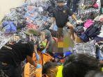 jasad-pasutri-dan-balita-di-antara-tumpukan-pakaian-tengah-dievakuasi-petugas.jpg