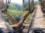 jembatan-kuno-yang-seram-saat-dilintasi-motor.jpg