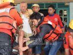 kaji-mbing-mengevakuasi-warga-yang-rumahnya-terendam-banjir-di.jpg
