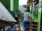 kanopi-di-lantai-tiga-mi-hidayatullah-kota-blitar-ambrol-akibat-gempa-bumi.jpg