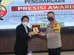 kapolres-gresik-akbp-arief-fitrianto-menerima-penghargaan-presisi-award.jpg