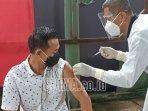 kasatreskrim-polres-kediri-saat-melakukan-vaksinasi-covid-19.jpg