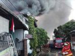kebakaran-di-kapas-madya-surabaya-padam-setelah-3-jam_20170817_164924.jpg