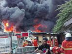 kebakaran-gudang-plastik-kapas-madya-surabaya_20170817_162717.jpg