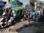 kemacetan-di-jalan-raya-ngasinan-kecamatan-menganti-rusak-parah.jpg