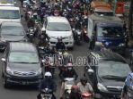 kendaraan-berpelat-nomor-l-dan-w-melintas-di-jalan-wonokromo-surabaya.jpg