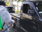 kendaraan-disemprot-dengan-disinfektan-di-pintu-masuk-tempat-uji-kendaraan.jpg