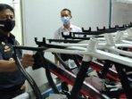 kepala-bea-cukai-gresik-bier-budy-kismuljanto-melihat-produksi-sepeda-yang-diproduksi-pt-ibw.jpg