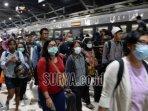 kereta-api-di-stasiun-surabaya-pasar-turi-penumpang-ilustrasi.jpg