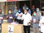 ketua-dpd-ri-la-nyalla-matalitti-menyerahkan-bantuan-apd-kepada-direktur-rsud-dr-soegiri-lamongan.jpg