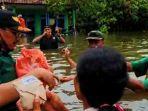 ketua-dprd-kabupaten-pasuruan-rela-berendam-di-banjir.jpg