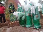 ketua-fatayat-nahdatul-ulama-kabupaten-jombang-lailatun-nimah-menanam-durian.jpg