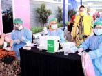 ketua-komisi-a-dprd-surabaya-pertiwi-ayu-krishna-saat-meninjau-vaksinasi-industri-di-kawasan-sier.jpg