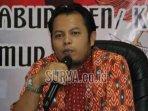 ketua-kpu-jatim-periode-2019-2024-choirul-anam-batik.jpg