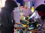 ketua-tp-pkk-banyuwangi-ipuk-fiestiandani-azwar-anas-saat-bertemu-pembuat-masker-kain.jpg