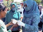 ketua-tp-pkk-kabupaten-nganjuk-yuni-rahma-hidhayat-membagikan-masker.jpg