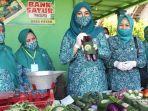 ketua-tp-pkk-kabupaten-nganjuk-yuni-rahma-hidhayat-saat-melihat-buah-buahan-dan-sayuran.jpg
