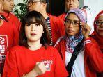 ketua-umum-parta-solidaritas-indonesia-psi-grace-natalie-louisa-saat-menggelar-aksi-sobek-amplok.jpg