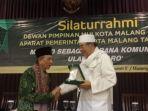 kh-muhammad-tholchah-hasan-saat-menerima-piagam-penghargaan.jpg