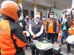 khofifah-melepas-personel-pt-pos-indonesia-untuk-mengirimkan-sembako-murah.jpg