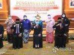 khofifah-memberikan-penganugerahan-tanda-kehormatan-republik-indonesia-satyalancana-karya-satya.jpg