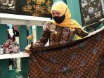 khofifah-meninjau-stan-pameran-bertajuk-batik-bordir-aksesoris-fair-2021.jpg