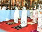 khofifah-menjalankan-ibadah-salat-tarawih-di-pendopo-kabupaten-tulungagung.jpg