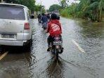 kondisi-jalan-raya-desa-tambak-beras-kabupaten-gresik-sabtu-212021.jpg