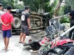 kondisi-mobil-dan-tiga-motor-seusai-kecelakaan-menunggu-evakuasi.jpg