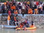 korban-saat-dievakuasi-seusia-ditemukan-di-sungai-prambon.jpg