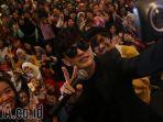 lee-jeong-hoon-meminta-para-penggemar-di-surabaya-untuk-merayunya_20170128_215053.jpg