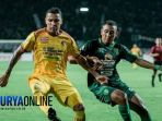 m-syaifuddin-saat-menghadang-laju-alberto-goncalves-striker-sriwijaya-fc_20180425_204910.jpg