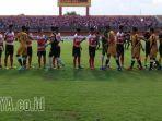 madura-united-vs-mitra-kukar_20170428_174812.jpg