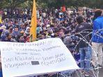 mahasiswa-pmii-menggelar-aksi-di-depan-pemkab-jember.jpg