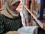 mahasiswa-saat-memilih-buku-di-perpustakaan-unusa.jpg